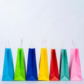 Grupo de sacos coloridos exibidos em uma linha