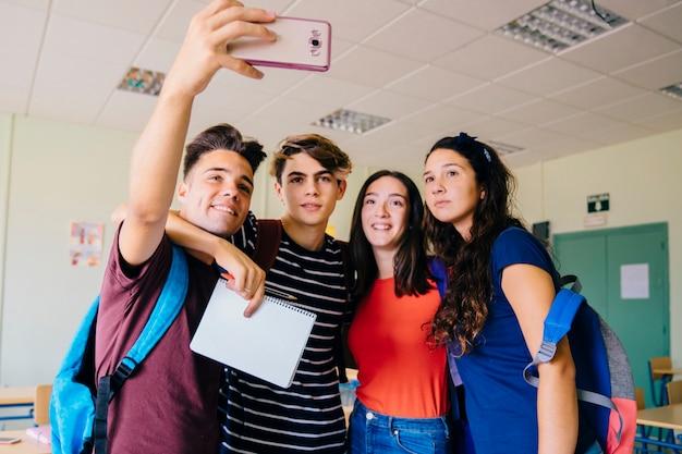 Grupo de schoolkids tomando um selfie na sala de aula