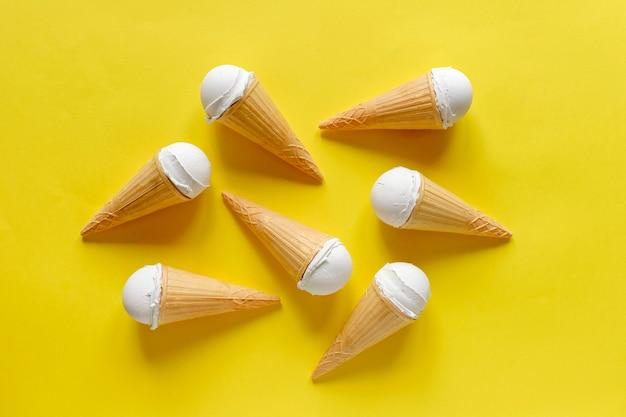 Grupo de seis cones com sorvete de baunilha
