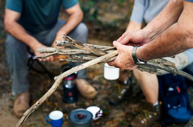 Grupo de senior acampar em uma floresta