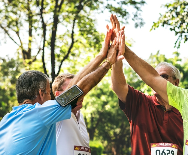 Grupo, de, sênior, atletas, dando, um, alto cinco