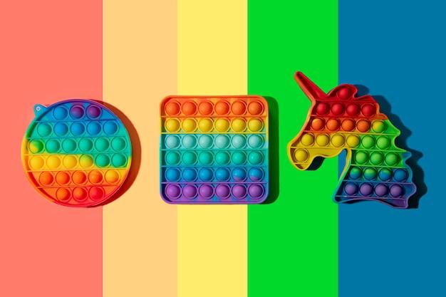 Grupo de silicone pop no fundo multicolorido coloração do arco-íris