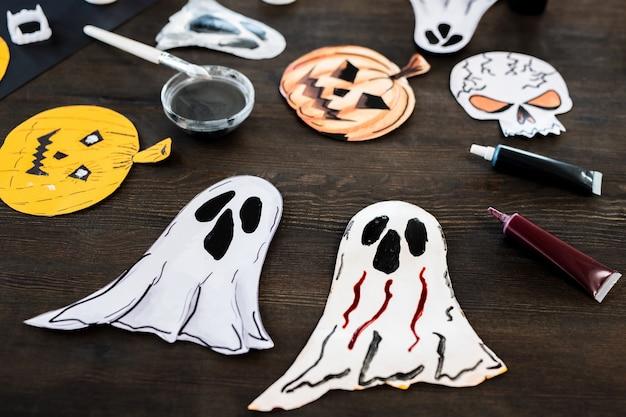 Grupo de símbolos de halloween de papel feito à mão