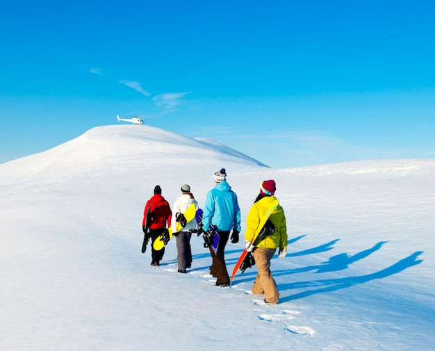Grupo de snowboarders, desfrutando de uma manhã de inverno lindo.