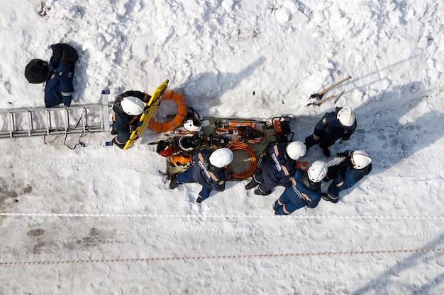 Grupo de socorristas em uma missão, em uma chamada