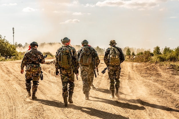 Grupo de soldados no exterior em exercícios do exército. conceito de guerra, exército, tecnologia e pessoas