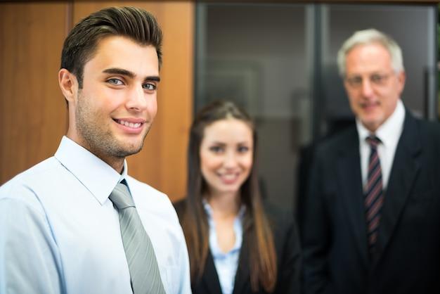 Grupo, de, sorrindo, businesspeople, em, seu, escritório