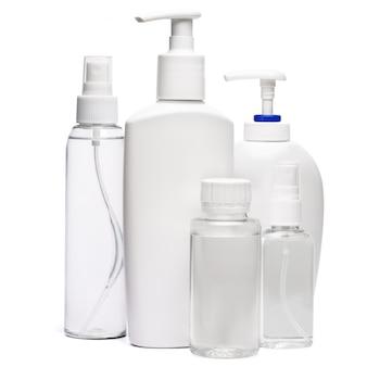 Grupo de spray de desinfetante para as mãos e frascos de sabão líquido isolados no fundo branco