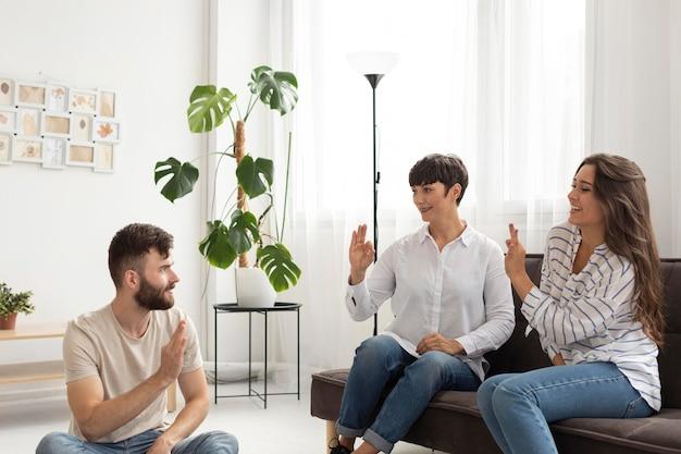Grupo de surdos se comunicando através da língua de sinais
