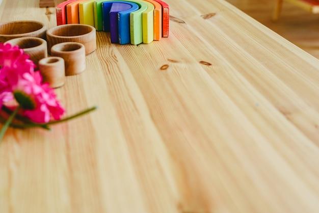 Grupo de taças de madeira redondas e vazias e flores roxas