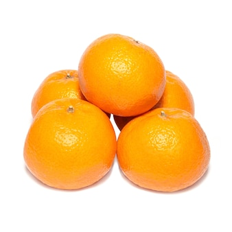 Grupo de tangerinas laranja isoladas em branco.