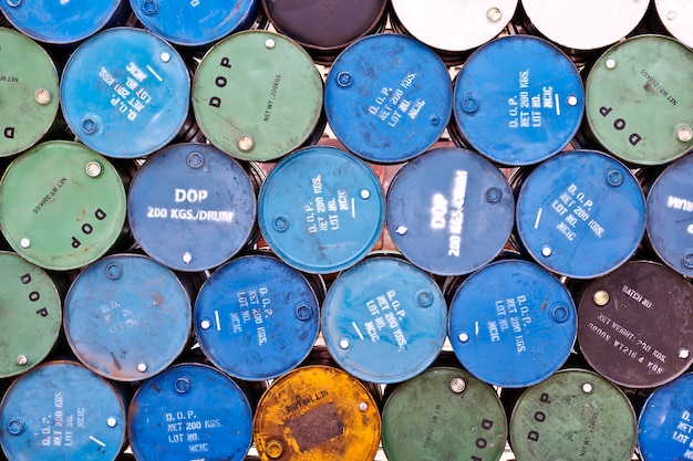 Grupo de tanques de óleo antigos
