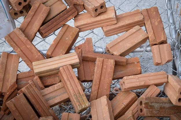 Grupo de tijolos vermelhos no canteiro de obras