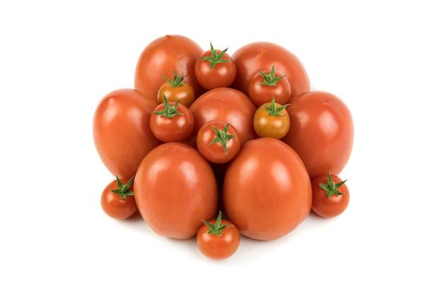 Grupo de tomate pêra vermelho e tomate cereja, isolado na superfície branca. fundo de frutas e vegetais, copie o espaço. comida.
