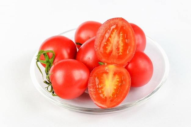 Grupo de tomates e um corte