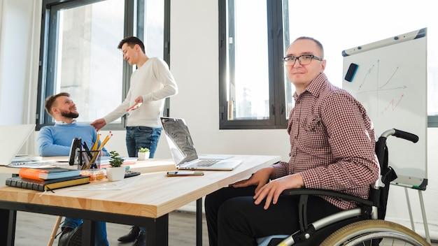 Grupo de trabalhadores adultos juntos no escritório