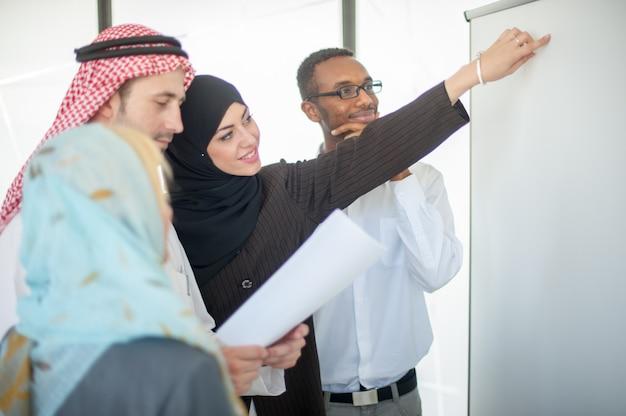 Grupo de trabalhadores de equipe discutindo