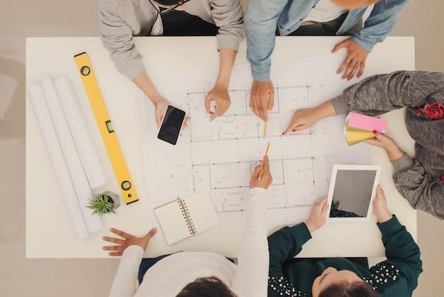 Grupo de trabalho criativo brainstorm juntos no escritório, novo estilo de espaço de trabalho, cena de relaxamento das pessoas no escritório