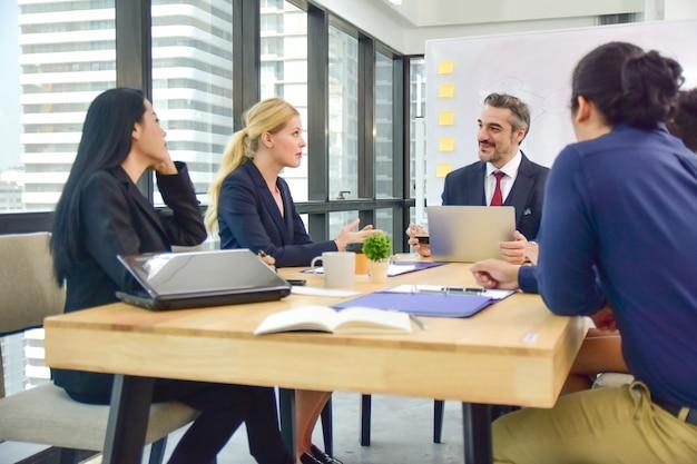 Grupo de trabalho da reunião de negócios para o sucesso do plano de marketing