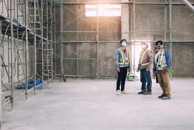 Grupo de trabalho de inspeção de arquitetura mosonry trabalho no canteiro de obras