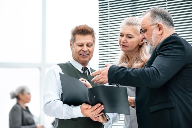 Grupo de trabalho discutindo documento de negócios