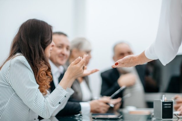 Grupo de trabalho discutindo documentos de negócios em uma reunião de trabalho