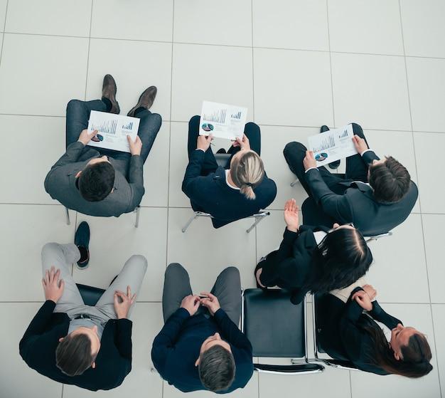 Grupo de trabalho discutindo uma nova estratégia em uma reunião de escritório