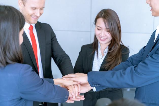 Grupo de trabalho em equipe feliz se juntar as mãos para comemorar em sucesso