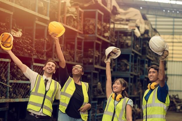 Grupo de trabalho em equipe trabalhador mistura raça desfrutar equipe trabalhando em uma fábrica de indústria pesada em pé ajudar juntos cumprimentando sucesso sorrindo feliz