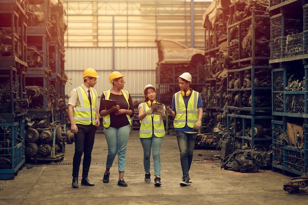 Grupo de trabalho em equipe, trabalho de mistura de raça, desfrutar de equipe trabalhando em uma fábrica de indústria pesada ajudando juntos sorrindo felizes