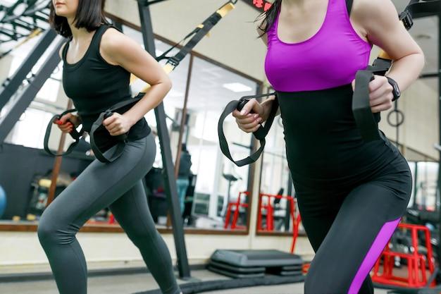 Grupo de treinamento com malhas de fitness no ginásio