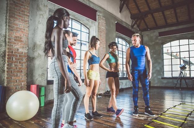 Grupo de treinamento de atletas com ginástica funcional