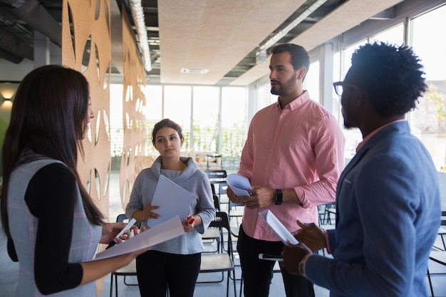 Grupo de treinamento multiétnico discutindo sua tarefa