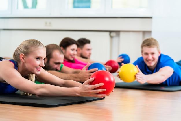 Grupo de treino no ginásio durante fisioterapia