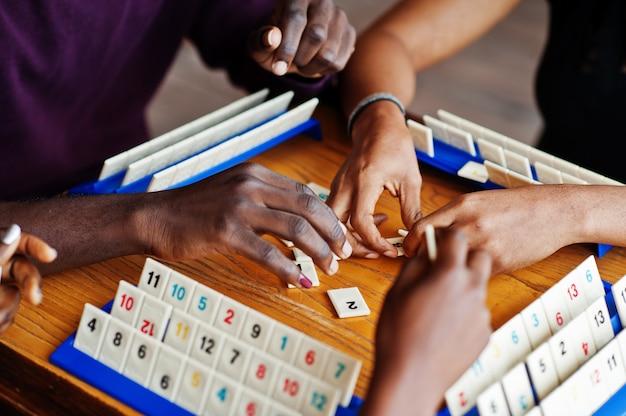 Grupo de três amigos afro-americanos jogar jogos de mesa.