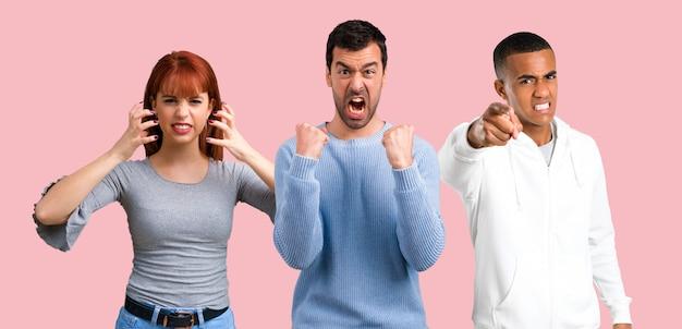 Grupo de três amigos irritado com raiva no gesto furioso