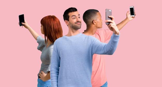 Grupo, de, três amigos, usando, telefone móvel