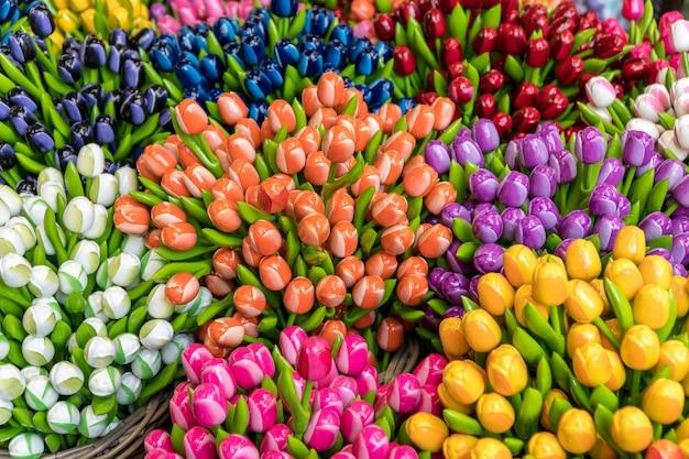 Grupo de tulipas de madeira coloridas