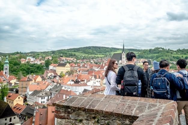 Grupo de turistas asiáticos na república checa do castelo cesky krumlov