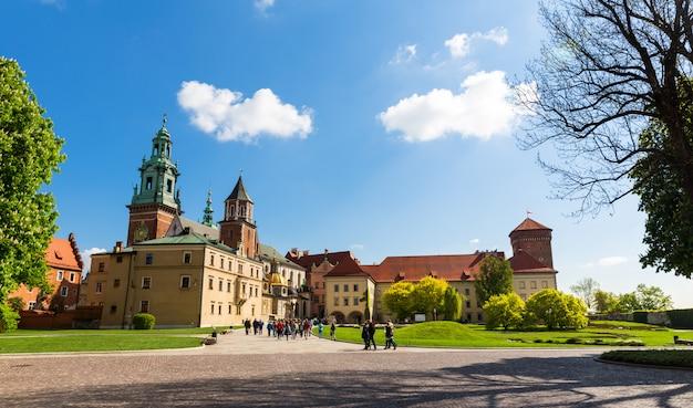 Grupo de turistas no castelo wawel, cracóvia, polônia