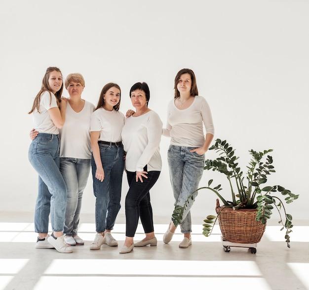 Grupo de união de mulheres em pé e planta