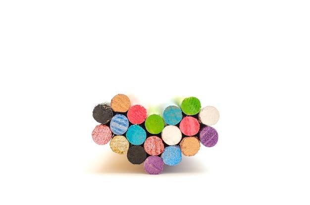 Grupo de varas coloridas ou postes formando um coração, sobre fundo branco. símbolos de amor e unidade.