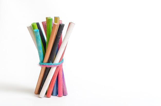 Grupo de varas coloridas ou varas de cores diferentes amarradas juntas