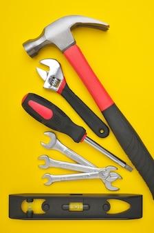 Grupo de várias ferramentas de trabalho em amarelo