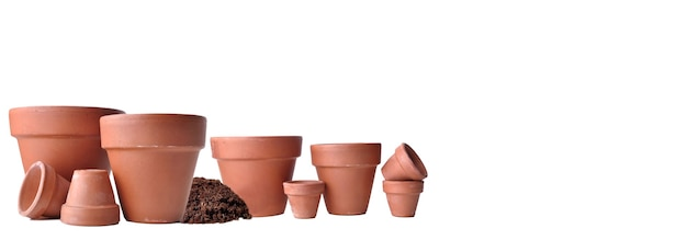 Grupo de vasos de flores de terracota vazios em vista panorâmica