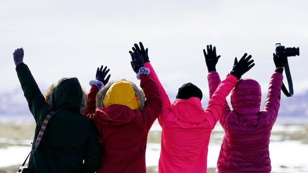Grupo de viagem por estrada hipster asiático feminino na islândia de férias, aventura selvagem.