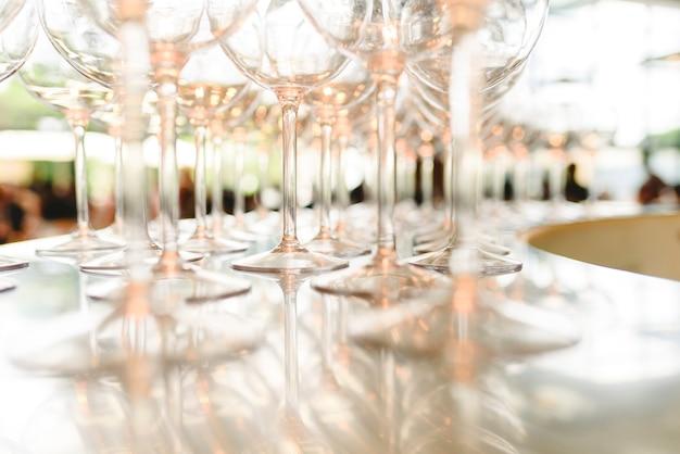 Grupo de vidros transparentes vazios prontos para um partido em uma barra.