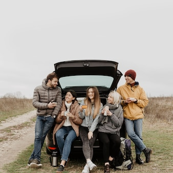 Grupo de vista frontal de amigos no intervalo de viagem