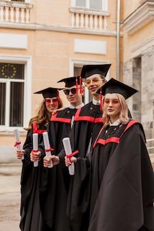 Grupo de vista lateral de estudantes graduados