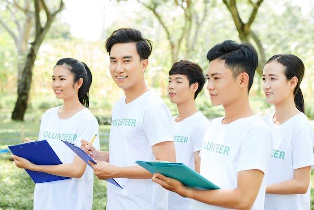 Grupo de voluntários em uma reunião ao ar livre